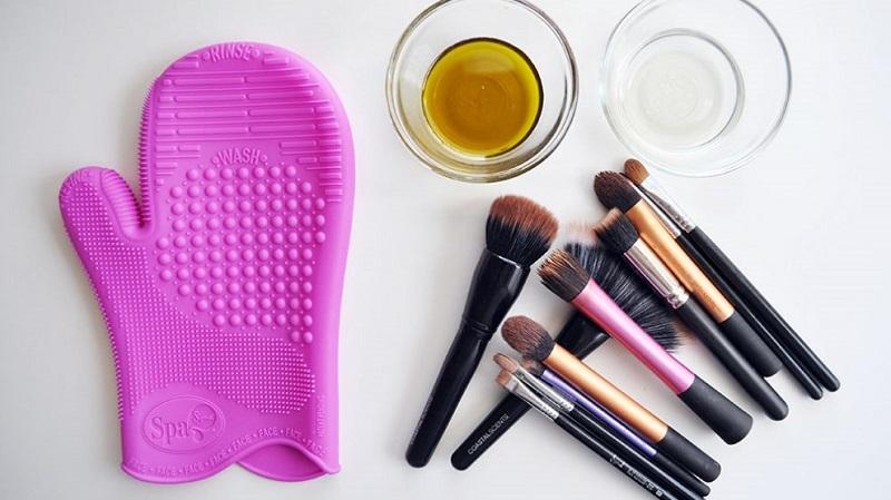 تمیز کردن لوازم آرایش